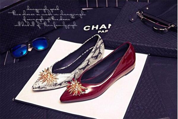Pyf♥特殊金屬飾扣漆皮花色尖頭粗跟內增高平底包鞋43大尺碼女鞋