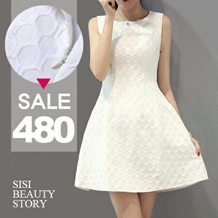 SISI【D6053】優雅赫本風圓領圓點壓紋縮腰顯瘦大襬蓬蓬裙連身裙洋裝情人節約會小禮服