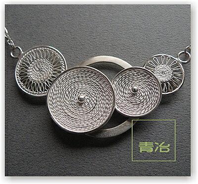 千花世界/青冶絕色裝飾藝術胸針單品/國內金工珠寶設計師林靜媚老師展覽作品~純銀掐絲技法,設計前衛,但細緻優雅,讓你氣質出眾!