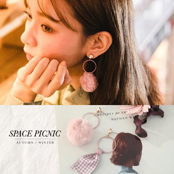耳環SpacePicnic|現貨.不對稱格紋毛球幾何設計耳環【C17112012】
