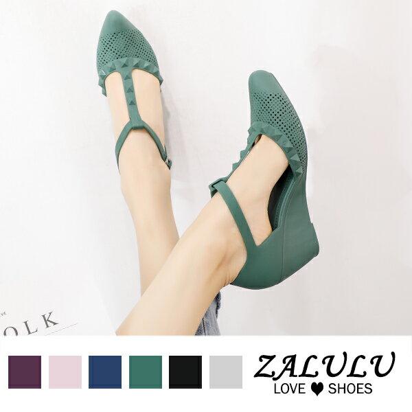 8U336 現貨+預購 個性鉚釘T字帶楔形鞋-黑 / 灰 / 藍-36-39【ZALULU愛鞋館】 2