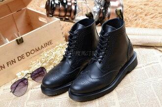 【九十度馬丁管】【兩日到貨】【免運】【7孔雕花黑色】【Dr. Martens】馬丁馬汀靴子