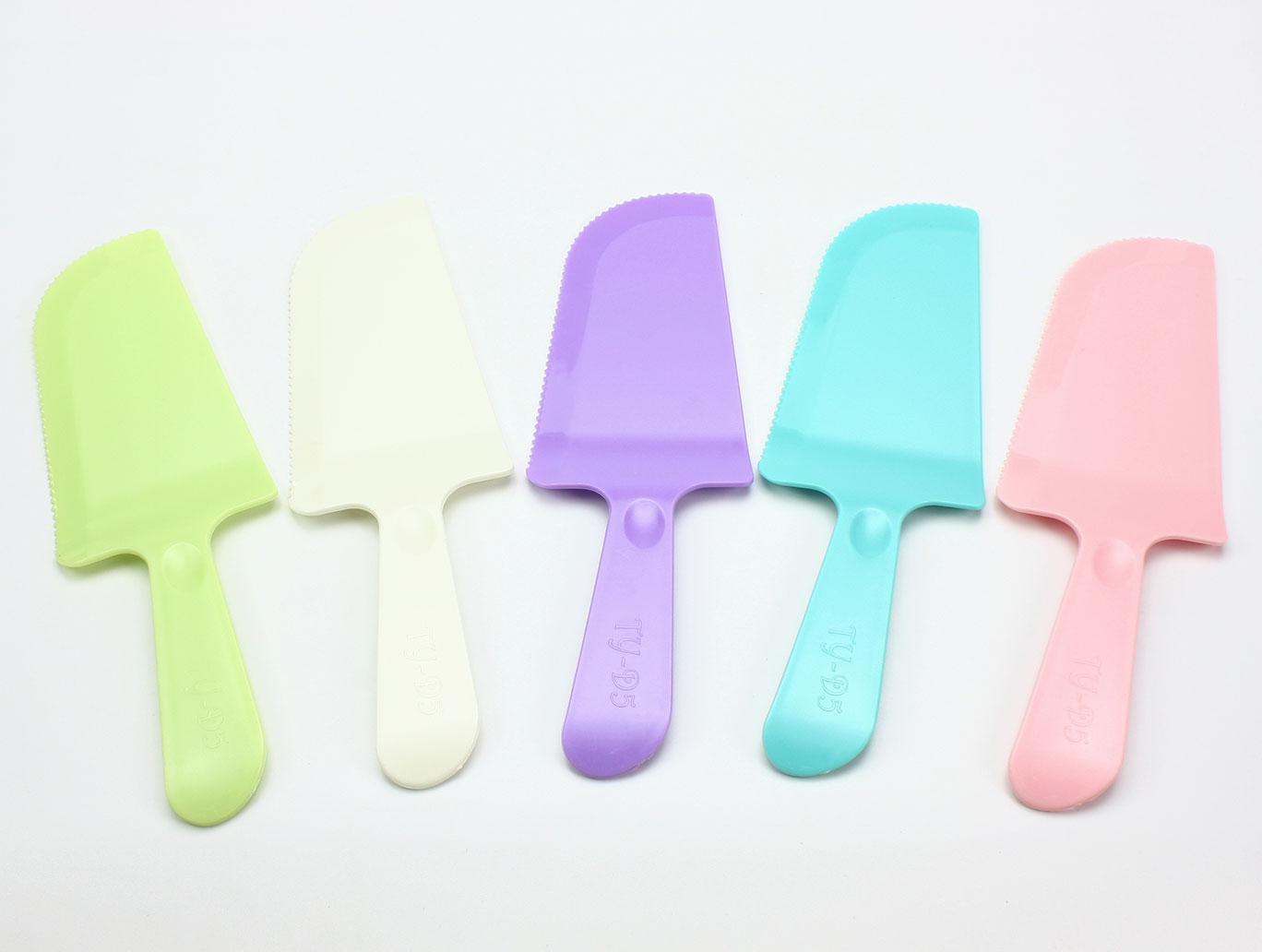 蛋糕刀、水果刀、塑膠刀、鋸齒刀、生日蛋糕刀、派對蛋糕、彩色蛋糕刀(1支)