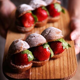 冬季限定聖誕甜點泡芙草莓三兄弟泡芙最適的聖誕甜點,酥脆的泡芙中填入了香濃的鮮奶油與甜美的草莓,像是一個珠寶盒,收藏著美味與驚喜。冬季限定聖誕甜點就在泡芙推薦泡芙