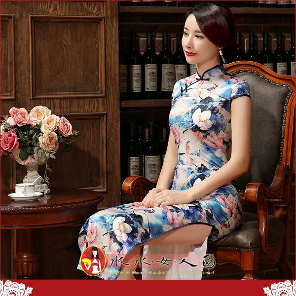 【水水女人國】~遇見優雅浪漫旗袍風~雨後荷花。復古仿真絲印花側腰一字扣改良式時尚修身長旗袍