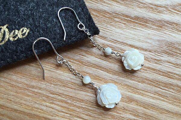 天然珠母貝 貝殼  雙面白玫瑰花 925銀 掛勾式耳環 DeeDee Jewellery