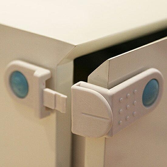 Mycolor:♚MYCOLOR♚櫃門抽屜安全鎖(兩入)兒童防護冰箱櫥櫃鎖扣防夾掉落保護直角黏貼【N76】