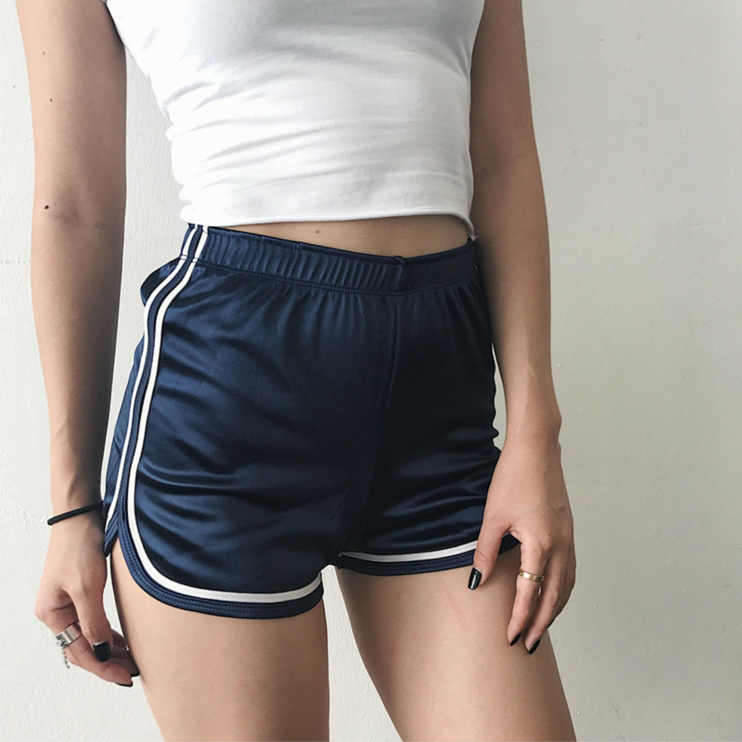 優惠特價中 歐美風格 亮面短褲 線條休閒跑步運動練舞熱褲鬆緊 高腰包臀顯瘦 緞面有質感 女短褲流行簡約好看 C54