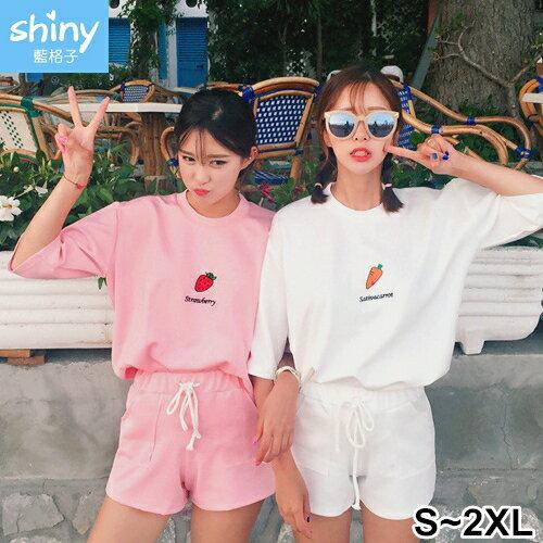 【V2295】shiny藍格子-舒適夏風.刺繡字母短袖上衣+短褲兩件式套裝