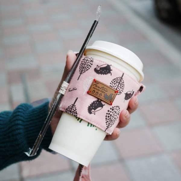 【FANTINO】雙層隔熱環保飲料提袋  杯套 杯袋 手搖杯套 咖啡杯套 ( 叢林躲貓貓) 櫻花粉 1769938
