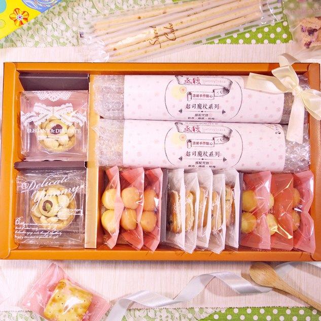 店長推薦禮盒 | 魔杖6包(起司)+雪綿堡4顆(草苺)+鳳梨山1顆(草苺)+鳳梨球3包(原味)+酥軋餅5片(莓莓)。花團錦簇〈丞馥。sunnysasa〉 3