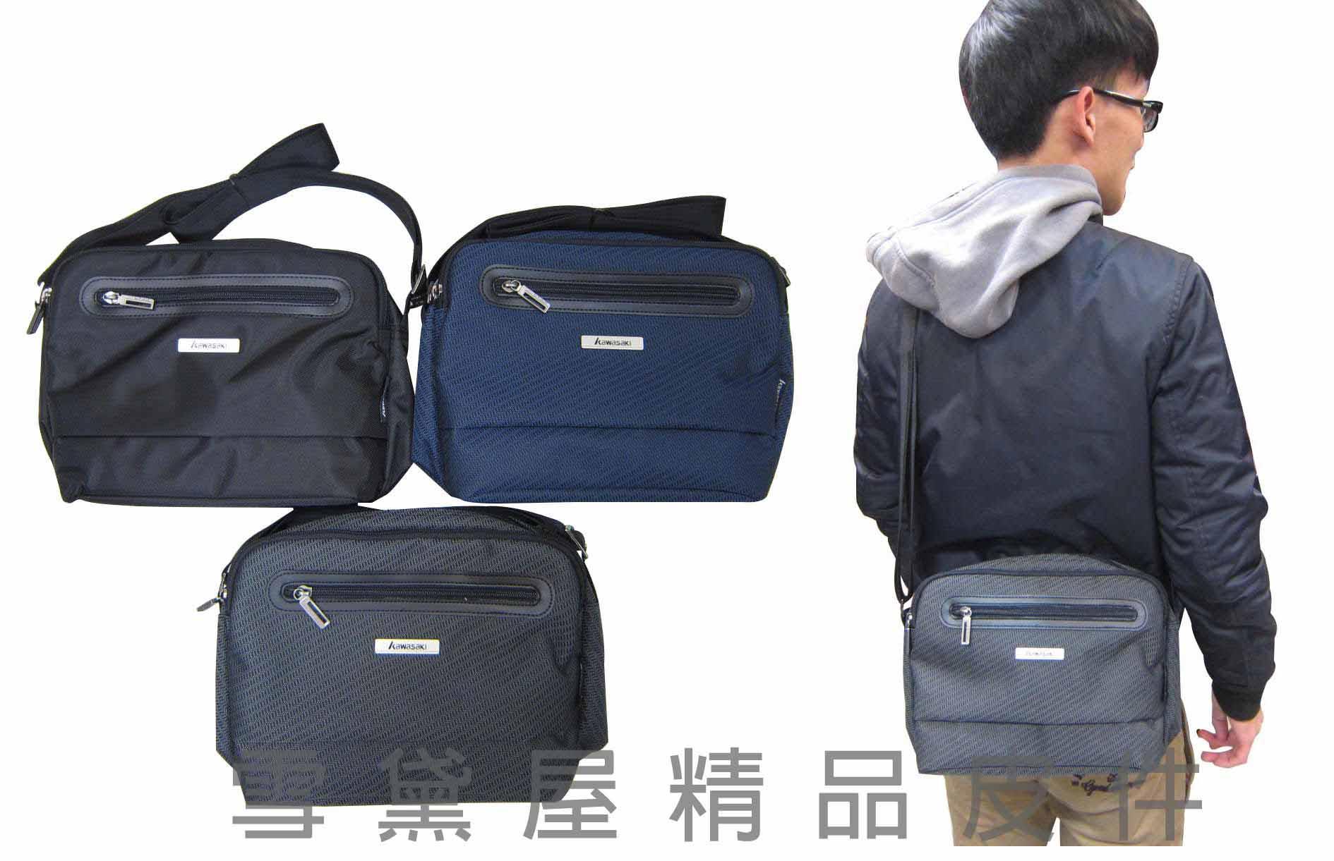 <br/><br/> ~雪黛屋~KAWAKSAKI 斜側包台灣製造二層主袋可放10吋電腦高單數防水尼龍布+皮革隨身物品專用 HKA207<br/><br/>