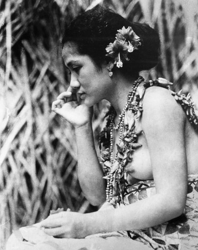 Film Moana 1926 Nyoung Samoan Woman In A Scene From Robert FlahertyS 1926 Documentary Moana About The Life And Culture Of Polynesians Poster Print by (24 x 36) ced6451b3dcbbab6c5316d2410d90132