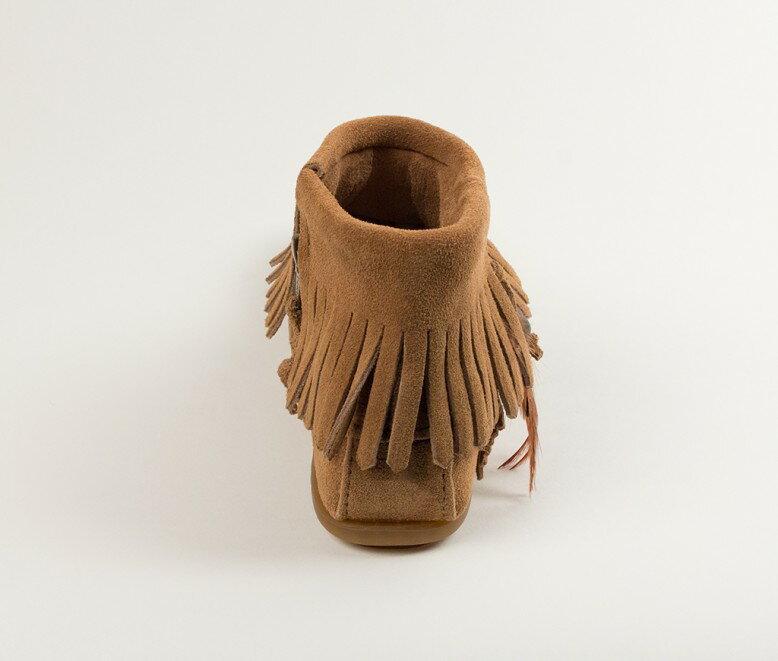 【Minnetonka 莫卡辛】土駝色 - 麂皮流蘇羽毛踝靴【全店滿4500領券最高現折588】 5