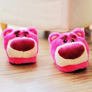 美麗大街【103120913】迪士尼玩具總動員粉色草莓熊抱哥大頭造型冬季保暖室內拖鞋