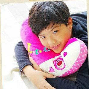 美麗大街【104013002】迪士尼玩具總動員草莓粉紅熊抱哥L型字母造型抱枕