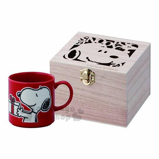 〔小禮堂〕史努比陶瓷馬克杯附木盒《紅.拿禮物.側臉》日本精緻陶瓷YAMAKA