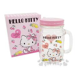 〔小禮堂〕Hello Kitty 玻璃梅森杯附蓋《透明.粉蓋.側坐.櫻桃》500ml.寬口馬克杯