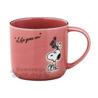 史努比Snoopy商品推薦,史努比馬克杯推薦到〔小禮堂〕史努比 日製陶瓷馬克杯《暗粉.拿花》茶杯.咖啡杯.YAMAKA陶瓷