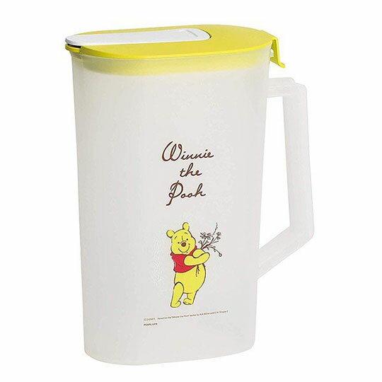 〔小禮堂〕迪士尼 小熊維尼 日製霧面塑膠單耳掀蓋冷水壺《黃蓋.親親》2L.茶壺 0