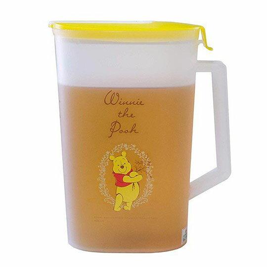 〔小禮堂〕迪士尼 小熊維尼 日製霧面塑膠單耳掀蓋冷水壺《黃蓋.親親》2L.茶壺 1