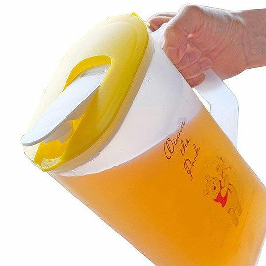 〔小禮堂〕迪士尼 小熊維尼 日製霧面塑膠單耳掀蓋冷水壺《黃蓋.親親》2L.茶壺 2