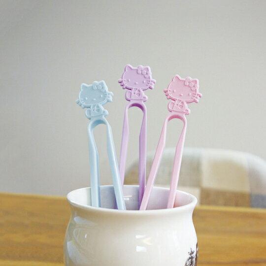小禮堂 Hello Kitty 日製 不沾手零食夾 塑膠 食物夾 餅乾夾 夾子 (藍) 2
