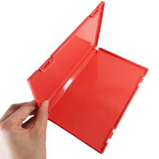 【領券折$30】小禮堂 蠟筆小新 日製 攜帶型塑膠口罩盒 隨身口罩盒 口罩夾 口罩套 (紅 斜紋)