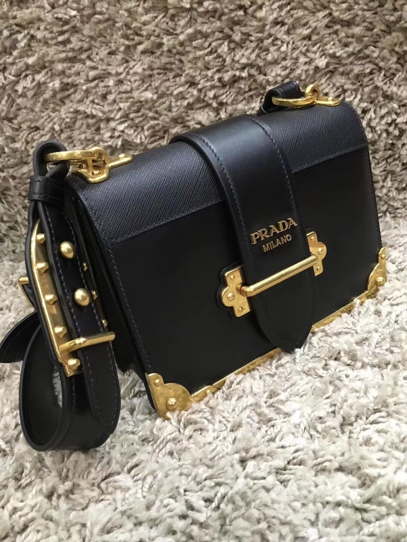 【Go時尚】Prada cahier 方型側背包 1