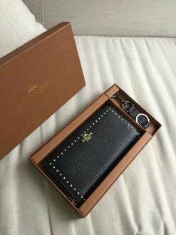【Coach】長夾禮盒組 長夾+皮革鑰匙圈-鉚釘款 -艾莉波波