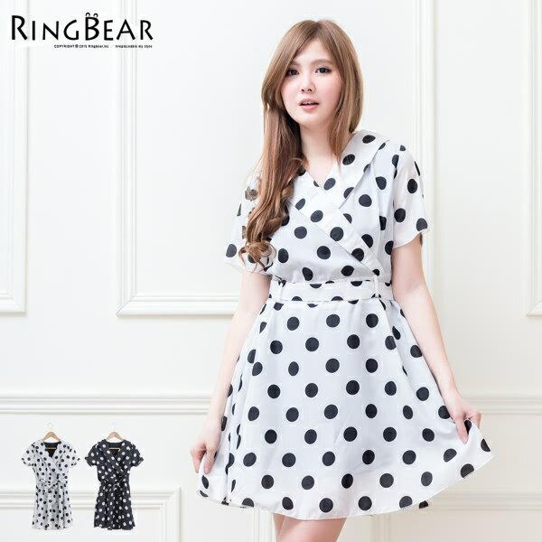 洋裝~~好感印象大圓點反摺V領綁帶短袖連身洋裝附腰帶^(白.黑M~2L^)~D323眼圈熊