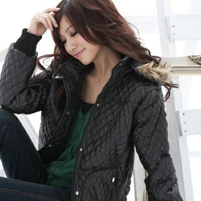 鋪棉外套--冬天的基本必備款-菱格鋪棉連帽毛邊PU鋪棉外套(黑.藍M-2L)-J44眼圈熊中大尺碼 0