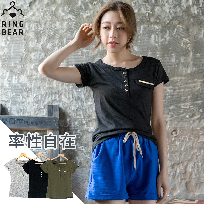 中大 ~~簡約格調中性魅力圓領排釦假口袋素面短袖棉質上衣^(黑.灰.綠M~2L^)~U33