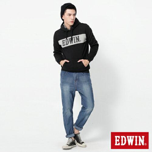 【2000元優惠↘】EDWIN JERSEYS x E-F 迦績紅袋花窄直筒牛仔褲-男款 石洗藍 2