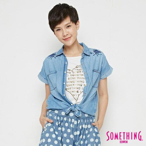 【690元優惠↘】SOMETHING玫瑰刺繡短袖牛仔襯衫-女款漂淺藍