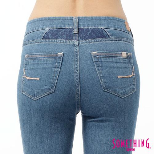 【5折優惠↘】SOMETHING NEO FIT 蕾絲印花直筒褲-女款 石洗藍 4