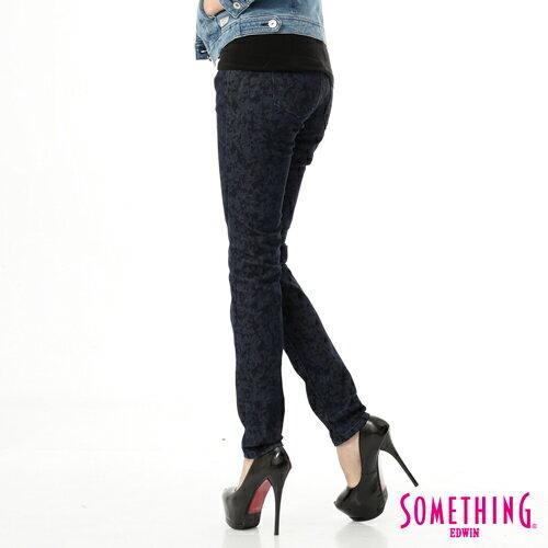 【5折優惠↘】SOMETHING NEO FIT 低調巴洛克印花窄直筒褲-女款 原藍色 1