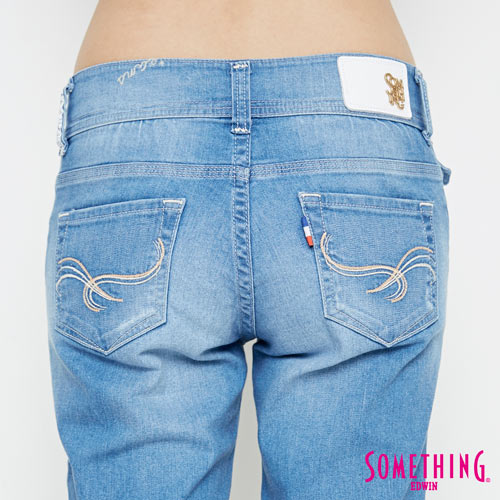 新品↘SOMETHING CELEB 破損加工 八分AB牛仔褲-女款 拔洗藍 TAPERED 5
