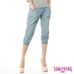 SOMETHING NEO FIT 束口七分牛仔褲-女款 漂淺藍 JOGGER