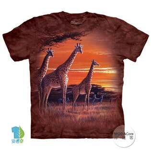 【摩達客】(預購)美國進口TheMountain夕陽長頸鹿純棉環保藝術中性短袖T恤