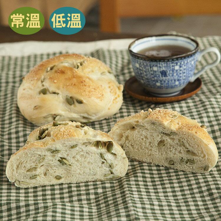 [蕃薯藤]南瓜子起司麵包(T-W/C)以荷蘭FRICO Edam艾登刨粉乳酪為主角,在加上南瓜籽的香氣,是款微鹹又有份量的麵包喔!