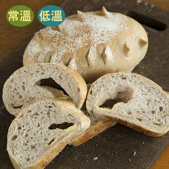 [蕃薯藤]紫米乳酪麵包(T-W/C)加入了紫米與自家製天然酵母,讓麵包體吃來紮實有彈性,在包上微鹹的奶油起司,是款不可錯過的麵包喔!