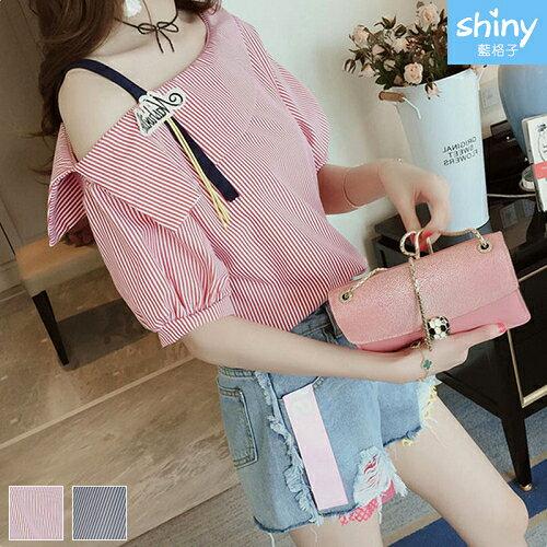 【V2281】shiny藍格子-春夏性感.條紋斜露肩吊帶短袖上衣