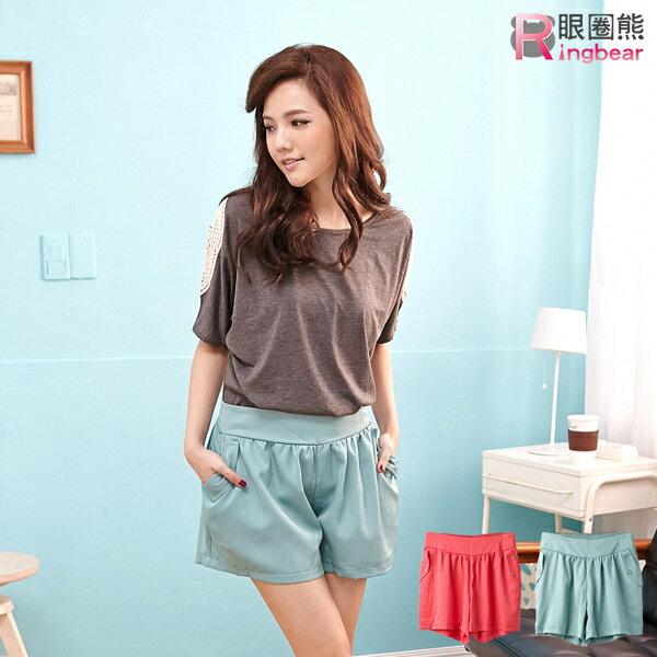 短褲~~簡約修飾氣質款後鬆緊褲頭 口袋反摺鈕釦 短褲^(紅.綠XL~4L^)~R135眼圈