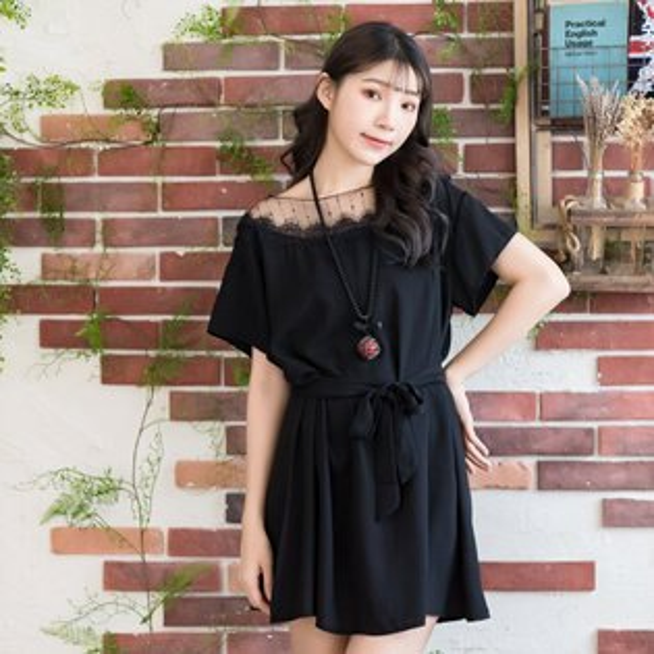 雪紡--浪漫蕾絲網紗落肩荷葉袖綁帶A字修身短袖連身裙(黑.粉2L-4L)-U539眼圈熊中大尺碼