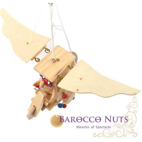 【Barocco Nuts】[懷舊古玩] 木頭懸吊童玩:三輪飛天振翼機-紅護目鏡飛行員(拉繩/翅膀可動/創意/可愛/趣味/玩具/飛行器/撲翼機/居家/想飛/懷念)
