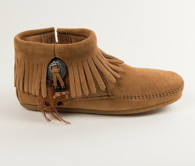 【Minnetonka 莫卡辛】土駝色 - 麂皮流蘇羽毛踝靴【全店滿4500領券最高現折588】 2