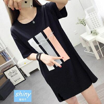 【V8178】shiny藍格子-簡約春甜.字母印花寬鬆中長款短袖連身裙