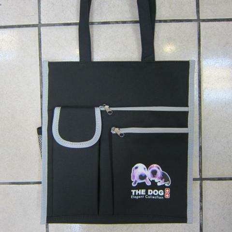 雪黛屋精品皮件:~雪黛屋~THE-DOG提袋大容量才藝袋可放A4資手提袋簡單袋上學書包外置教具品雨衣傘便當袋台灣製造#3620(小)黑