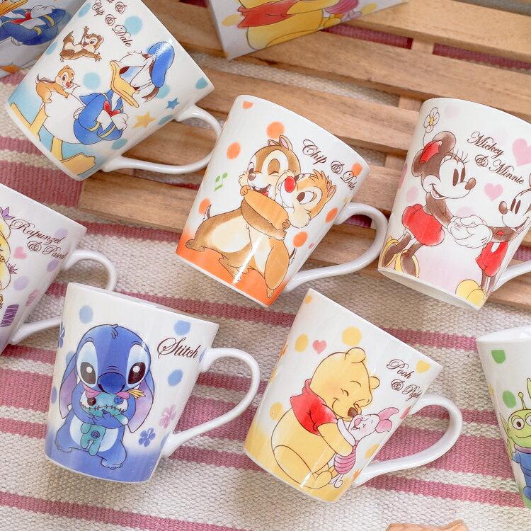 PGS7 日本迪士尼系列商品 - 日貨 迪士尼 草寫 字母 手繪 馬克杯 史迪奇 奇奇蒂蒂 維尼【SEZ71550】